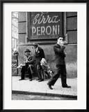 Muž na ulici v Neapoli Zarámovaná reprodukce fotografie