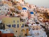 The Village of Ia, Built Into the Cliffs and Hillsides of Santorini Fotografisk tryk af Charles Kogod