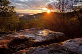 A Warm Glowing Sunset Over Mountain Ridges Fotografisk tryk af Stephen Alvarez