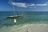 Fishermen Load a Dhow Off Matemo Island in Mozambique Fotografisk tryk af Jad Davenport