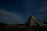 The Step Pyramid, El Castillo, and Other Ruins at Chichen Itza Under a Star Filled Sky Fotografisk tryk af Dmitri Alexander
