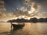 Thai Fishing Boats Off Phi Phi Island at Sunset Fotografisk tryk af Alex Saberi