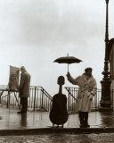 Musicien sous la pluie Affiches par Robert Doisneau