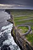Atlantic Waves Crash on the Cliffs Beneath the Ancient Dun Aengus Fotografisk tryk af Jim Ricardson