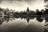 Bayon Temple and Lush Flora Cast a Mirror Reflection on Water Fotodruck von Jim Ricardson