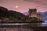 Eilean Donan Castle and Its Reflection on a Sea Loch Under Moonrise Fotografisk tryk af Jim Ricardson