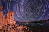 A Moonlit Time Exposure Sky's Rotation Around the Star Polaris Fotografisk tryk af Babak Tafreshi