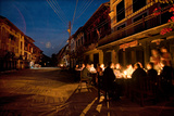 Diners Sit at a Candlelit Cafe on Bandipur's Main Street at Night Fotografisk tryk af Dmitri Alexander