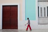 A Man Walks on El Bulevar Fotografisk tryk af Dmitri Alexander