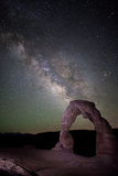 The Milky Way and Delicate Arch in Arches National Park Fotografisk tryk af Dmitri Alexander