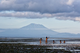 Kids Playing in the Water on the Coast of Bali Fotografisk tryk af Alex Saberi