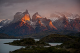 Dawn Over Mountains and Lago Pehoe in Torres Del Paine National Park Fotografisk tryk af Beth Wald