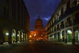 El Capitolio Nacional at Night Fotografisk tryk af Raul Touzon