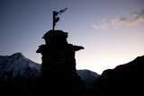 The Silhouette of a Hilltop Stupa Between Manepeme and Til Fotografisk tryk af Dmitri Alexander
