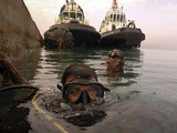 Navy Divers Inspect a Pier at the Port of Djibouti City Fotografisk tryk af Stocktrek Images