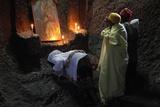 Women Praying in Bet Medhane Alem Church in Lalibela Fotografisk tryk
