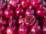 Azerbaijan, Baku, Ticaret Market, Pomegranate Fotografisk tryk af Jane Sweeney