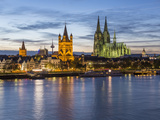 River Rhine, and Cathedral (Dom), Cologne (Koln), North Rhine Westphalia, Germany Lámina fotográfica por Gavin Hellier