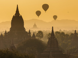 Ancient Temple City of Bagan (Pagan) and Balloons at Sunrise, Myanmar (Burma) Photographie par Peter Adams