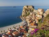 Town View With Castello Ruffo, Scilla, Calabria, Italy Fotografie-Druck von Peter Adams