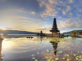 Indonesia, Bali, Bedugul, Pura Ulun Danau Bratan Temple on Lake Bratan Fotografie-Druck von Michele Falzone