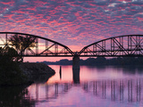 USA, Arkansas, Little Rock, Clinton Presidential Park Bridge and Arkansas River Fotografie-Druck von Walter Bibikow