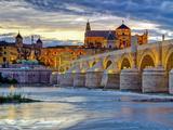 Roman Bridge Over Guadalquivir River and Mezquita, Cordoba, Cordoba Province, Andalucia, Spain Fotodruck von Alan Copson