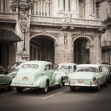Classic American Cars in Front of the Gran Teatro, Parque Central, Havana, Cuba Fotodruck von Jon Arnold