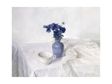 Pansies in a Blue Vase, Still Life, 1990 Giclée-Druck von Arthur Easton