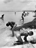 Naked Us Soldiers Bathing in the Pacific Ocean During a Lull in the Fighting on Saipan Lámina en metal por Peter Stackpole