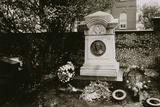 Edgar Allan Poe's (1809-49) Grave, Baltimore, Untitled 28, c.1953-64 Reproduction photographique par Nat Herz