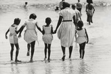 Mother and 4 Daughters Entering Water at Coney Island, Untitled 37, c.1953-64 Fotografisk tryk af Nat Herz
