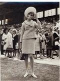 Jean Shrimpton (B.1942) at the Melbourne Cup in 1965 Fotografiskt tryck av  Australian Photographer