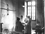 Operating Theatre of the Scottish Women's Hospital in the Abbey of Royaumont, 1915 Fotoprint van Jacques Moreau