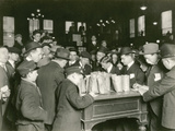 Trading at the Cash Tables Wheat Pit, Chicago, 1931 Reproduction photographique par  American Photographer