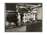 Cooks at the Broiler in the Kitchen of the Hotel Commodore, 1919 Impression giclée par  Byron Company
