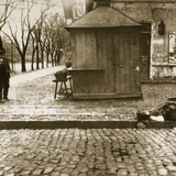 An Onlooker Observes a Dead Man Left in the Streets Fotografisk tryk af Russian Photographer
