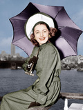 Eleanor Parker sports a new English umbrella as she arrive in N.Y. about the Queen Elizabeth Posters