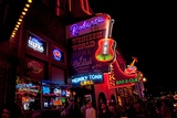 Music Bars at Night on Main Street in Nashville Tennessee Lámina fotográfica