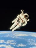 NASA - Astronaut Bruce McCandless Walking In Space Fotografická reprodukce