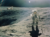 Astronaut Duke Next To Plum Crater, Apollo 16 Lámina fotográfica