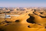 Small Plane Flying Above Giant Sand Dunes in Morning Light, Grand Erg Oriental, Algeria Fotografisk tryk