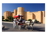 Horse drawn carriage ride in front of the Ribat in Monastir, Tunisia Giclee-tryk i høj kvalitet