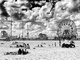 Vintage Beach, Wonder Wheel, Black and White Photography, Coney Island, Brooklyn, New York, US Fotografisk tryk af Philippe Hugonnard