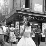 Maria Félix Eating an Ice Cream in Front of a Pharmacy Fotografisk tryk