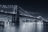 Brooklyn Bridge Over East River At Night In Black And White In New York City Manhattan Reproduction photographique par Songquan Deng