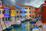 Colorful Buildings Line Canal with Boats, Burano Island, Venice, Italy Fotografisk tryk af  Jaynes Gallery