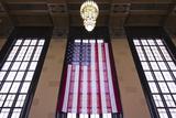 Us Flag Hanging in the Union Railroad Station, Omaha, Nebraska, USA Fotografie-Druck von Walter Bibikow