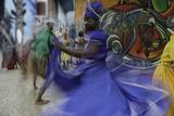 Cuban Dancer in Motion, Callejon De Hamel, Cuba Fotografisk trykk av Adam Jones