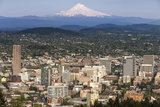 Mount Hood Looms over Downtown Portland, Oregon, USA Stampa fotografica di Chuck Haney